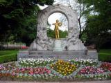 statuia dedicata compozitorului valţului Dunărea Albastră