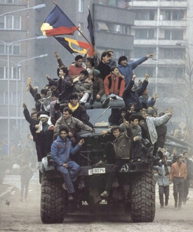http://clickzoombytes.files.wordpress.com/2009/11/foto-bucuresti-21-12-1989.jpg